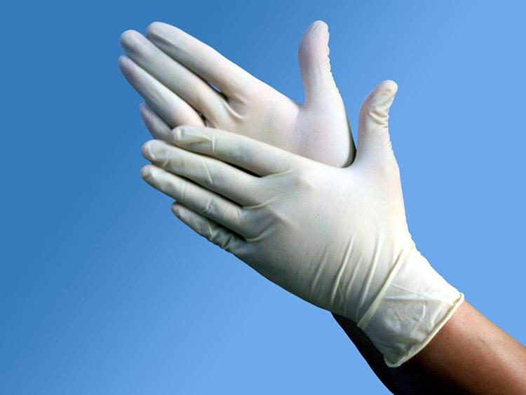 Провдение процедуры в салоне красоты в резиновых перчатках